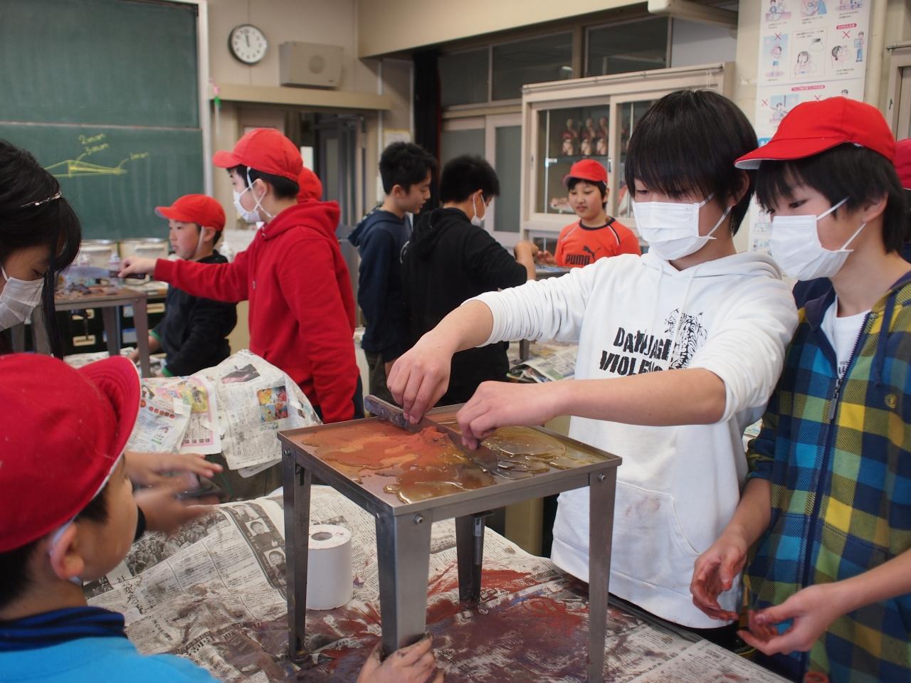 東海大学の学生 火山水槽実験の実習イメージ