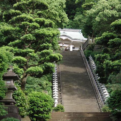 貴船神社の石段と石の灯篭